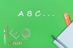 Mande un SMS a ABC, miniaturas de madera de las fuentes de escuela, cuaderno en fondo verde Fotografía de archivo