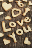 Mande un SMS al amor usted de Sugar Cookies en un fondo de madera Fotos de archivo