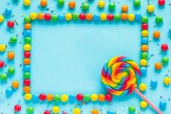 Mande un SMS al BUEN DÍA, a la tarjeta de felicitación, al caramelo y a las piruletas, imagen de archivo libre de regalías