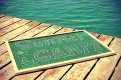 Mande un SMS al campamento de verano escrito en una pizarra, ilustración leve añadida Foto de archivo libre de regalías
