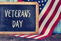 Mande un SMS al día de veteranos en una pizarra y la bandera de los E.E.U.U. imágenes de archivo libres de regalías