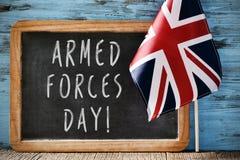 Mande un SMS al día de fuerzas armadas de arma y a la bandera de Reino Unido Imagen de archivo