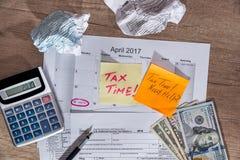 Mande un SMS al ` del tiempo del impuesto del ` en las formas de impuesto 1040 con la pluma, calculadora Fotos de archivo libres de regalías