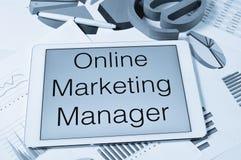 Mande un SMS al director de marketing en línea en la pantalla de una tableta fotografía de archivo
