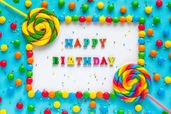 Mande un SMS al FELIZ CUMPLEAÑOS, a la tarjeta de felicitación, al caramelo y a las piruletas, imágenes de archivo libres de regalías