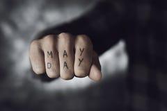 Mande un SMS al primero de mayo en el puño de un hombre Imagen de archivo libre de regalías