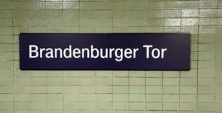 Mande un SMS al Tor de Brandenburger en la pared en Berlín que signifique Brandenb Fotos de archivo