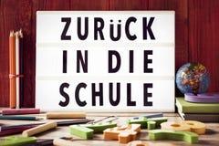 Mande un SMS al zuruck adentro mueren schule, de nuevo a escuela en alemán Imágenes de archivo libres de regalías