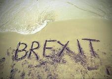 Mande un SMS a BREXIT en la arena del mar imagen de archivo