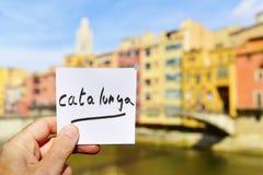 Mande un SMS a Catalunya en una nota en Girona, España Imagen de archivo libre de regalías