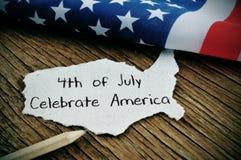Mande un SMS el 4 de julio celebran América y la bandera americana imagen de archivo