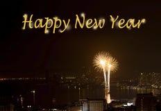 Mande un SMS a la Feliz Año Nuevo en el fondo de la escena de la noche de los fuegos artificiales Fotografía de archivo