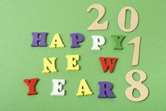 Mande un SMS a la FELIZ AÑO NUEVO 2018 en el fondo verde escrito en bloques coloridos de alfabeto Concepto del día de fiesta Imagen de archivo