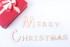 Mande un SMS a la Feliz Navidad en el fondo blanco con la caja de regalo Imágenes de archivo libres de regalías