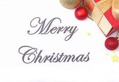 Mande un SMS a la Feliz Navidad en el papel con la caja de regalo y muchas bolas Fotografía de archivo
