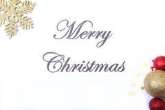 Mande un SMS a la Feliz Navidad en el papel con la caja de regalo y muchas bolas Imagenes de archivo