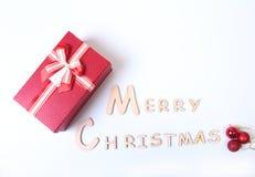 Mande un SMS a la Feliz Navidad en el papel con muchas bolas y la caja de regalo Imagenes de archivo