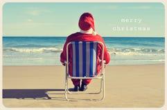 Mande un SMS a la Feliz Navidad y a Papá Noel en la playa Fotos de archivo libres de regalías