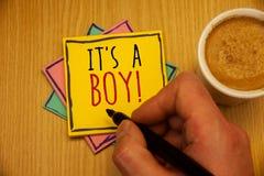 Mande un SMS a la muestra que le muestra S un muchacho llamada de motivación Las fotos conceptuales que el bebé masculino es géne imagenes de archivo