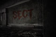 Mande un SMS a la secta en la pared sucia en una casa arruinada abandonada fotografía de archivo