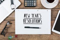 Mande un SMS a las resoluciones del ` s de los Años Nuevos en la nota, escritorio de oficina con el ordenador Imagen de archivo