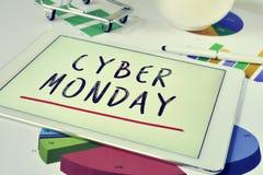 Mande un SMS a lunes cibernético en una tableta y un carro de la compra Imágenes de archivo libres de regalías