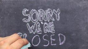 Mande un SMS a triste nosotros son cerrado escrito con tiza en la pizarra vieja metrajes