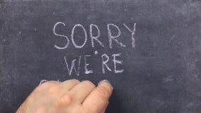 Mande un SMS a triste nosotros son cerrado escrito con tiza en la pizarra vieja almacen de video