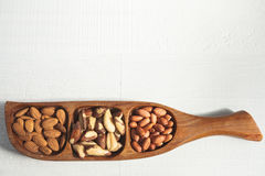 Mandel, brasilianische Nuss und Erdnuss in einer hölzernen Schüssel Lizenzfreie Stockfotografie