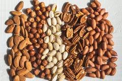 Mandel, Haselnuss, Pistazie, Pekannuss und Erdnuss Stockfotos