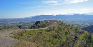 Mandelbäume auf Hügeln um Cartama Lizenzfreie Stockfotos