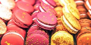 Mandelgebäck in einer Geschenkbox und in den Eibischen Draufsicht der mehrfarbigen Meringenahaufnahme Süße Teigwaren und Blumen S lizenzfreies stockfoto