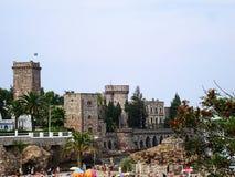 Mandelieu-La Napoule, França: Castelo de la Napule e a opinião da praia da terraplenagem fotografia de stock royalty free