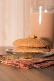 Mandelkakan, mandlar och mjölkar choklad Royaltyfria Bilder