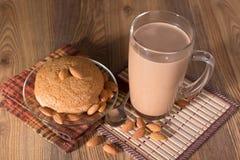 Mandelkakan, mandlar och mjölkar choklad Arkivfoton