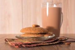 Mandelkakan, mandlar och mjölkar choklad Royaltyfri Foto