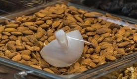 Mandelkorb im Supermarkt lizenzfreies stockfoto