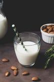 Mandelmilch in einem Glas stockfoto
