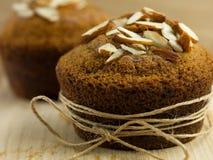 Mandelmuffin som slås in upp som en gåva Arkivfoton