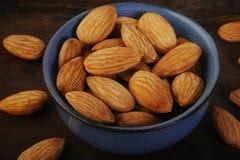 Mandelnüsse in der Schüssel Lizenzfreie Stockfotos