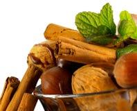 Mandelnüsse, -haselnüsse, -Trockenfrüchte und -schokolade lizenzfreies stockfoto
