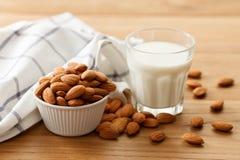 Mandeln mjölkar den vegetariska drinken för den organiska sunda mutterstrikt vegetarian Arkivfoto
