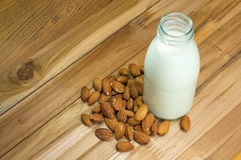 Mandeln mjölkar i flaskexponeringsglas med mandlar Royaltyfri Foto