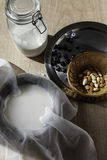 Mandeln mjölkar med mandlar och blåttbär Royaltyfri Foto