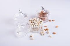 Mandeln und Pistazie in der Glasschüssel auf einem Hintergrund Lizenzfreies Stockfoto