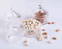 Mandeln und Pistazie in der Glasschüssel auf einem Hintergrund Lizenzfreie Stockfotos