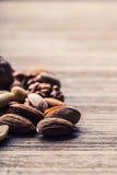 Mandeln, Walnüsse und Haselnüsse auf Holztisch Lizenzfreies Stockfoto