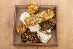 Mandelnugat und -honig und -schokolade turron Stangen Stockfotografie