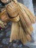Manden en rieten bezems stock afbeelding