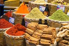 Manden van Kleurrijke Turkse Kruiden bij de Grote Bazaar in Istanboel, Turkije Royalty-vrije Stock Foto's